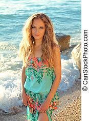 mulher bonita, com, cabelo ondulado, ligado, mar, praia, fundo, ao ar livre, retrato