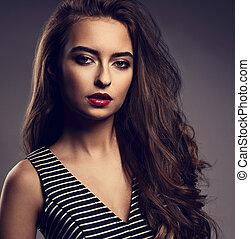 mulher bonita, com, luminoso, maquilagem, e, cabelo longo, batom vermelho, e, longo, cacheados, penteado, posar, ligado, escuro, experiência., toned, closeup, retrato