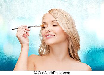 mulher bonita, com, olhos fechados, e, escova maquiagem