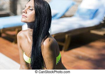 mulher bonita, com, olhos fechados, sunbathing