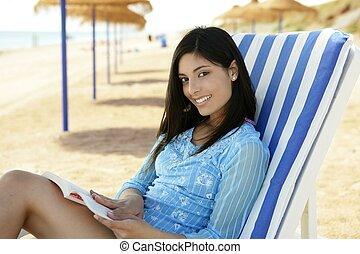 mulher bonita, com, um, livro, relaxado, praia