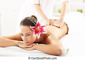 mulher bonita, começando massage, em, spa