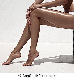 mulher bonita, contra, wall., legs., bronzeado, branca