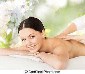 mulher bonita, costas, tendo, massagem, feliz