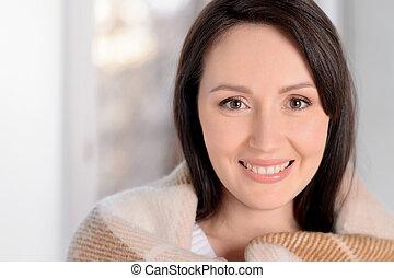 mulher bonita, cosy., morno, xadrez, middle-aged, câmera, assim, retrato, coberto, sorrindo