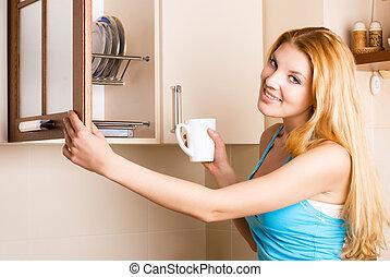 mulher bonita, cozinha, copo