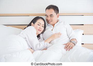 mulher bonita, dela, dormir, peito, asiático, marido