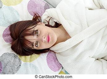 mulher bonita, dela, jovem, cama, mentindo
