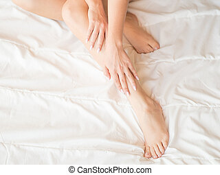 mulher bonita, dela, sentando, cama, tocar, pele, pernas