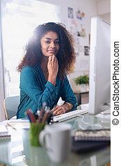 mulher bonita, dela, sentando, jovem, escrivaninha preta, frente