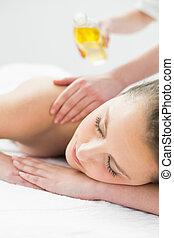 mulher bonita, desfrutando, óleo, massagem