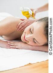 mulher bonita, desfrutando, óleo, massagem, em, spa beleza