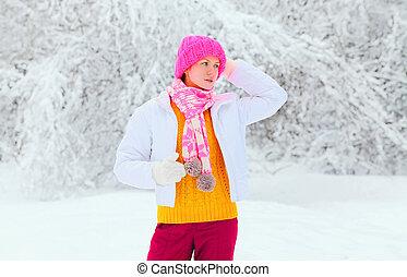 mulher bonita, desgastar, um, coloridos, roupas, em, nevado, inverno, dia