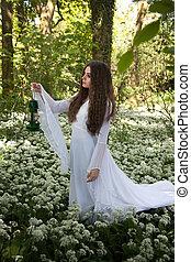 mulher bonita, desgastar, um, longo, vestido branco, andar, em, um, floresta, um tapete, de, flores