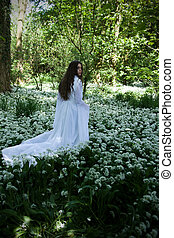 mulher bonita, desgastar, um, longo, vestido branco, olhar, dela, ombro