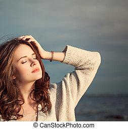 mulher bonita, dia ensolarado, ao ar livre