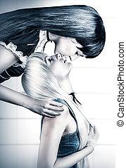 mulher bonita, dois, jovem, gêmeos, beijando