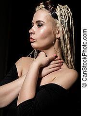 mulher bonita, dreadlocks, escuro, estúdio, fundo, excitado, loiro