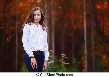 mulher bonita, em, a, outono, forest., jovem, morena, menina