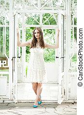 mulher bonita, em, branca, lacy, vestido, em, verão, pavilhão