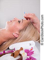 mulher bonita, em, um, terapia acupuntura, em, um, spa, centro