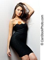mulher bonita, em, vestido preto, com, pelado, ombros.