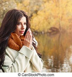 mulher bonita, ensolarado, outono, ao ar livre, gelado, dia