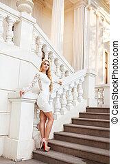 mulher bonita, escadas, loura, vestido branco