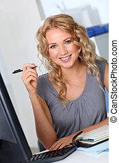 mulher bonita, escritório, trabalhando, computador desktop