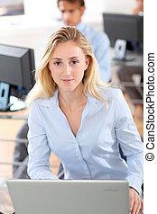 mulher bonita, escritório, trabalhando, computador laptop