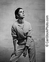 mulher bonita, estúdio, pensando, cima, cinzento, olhar, experiência., moda, posar, model., retrato, europeu, closeup.