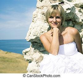 mulher bonita, estilo vida, loura, sentando, parede, férias, conceito, costa, mar, retrato, antiga, vestido branco