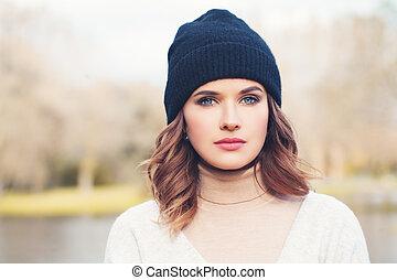 mulher bonita, face., outono, ao ar livre, chapéu preto