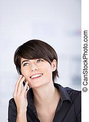 mulher bonita, falando, ligado, um, smartphone