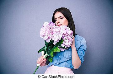 mulher bonita, flores, jovem, cheirando