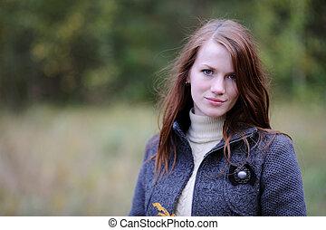 mulher bonita, floresta, jovem