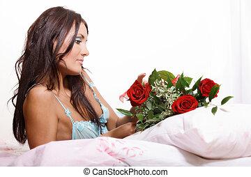 mulher bonita, foco seletivo, cama, langerie, roses., mentindo, segurando, excitado, vermelho