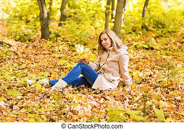 mulher bonita, folhas, amarela, outono, parque, sorrindo, queda