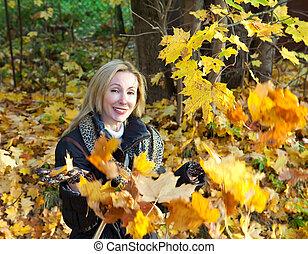 mulher bonita, folhas, parque, cima, outono, lances, maple
