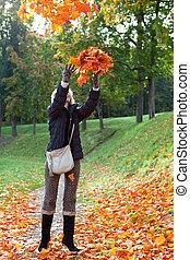 mulher bonita, folhas, parque, cima, outono, vermelho, lances, maple