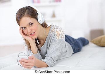 mulher bonita, fones, jovem, escutar música