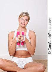 mulher bonita, ginásio, dumbbells, loura, condicão física, levantamento