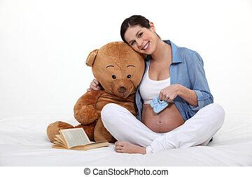 mulher bonita, grávida, urso teddy, segurando