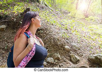 mulher bonita, hiking, olhar, enquanto, algo, floresta