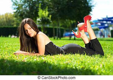 mulher bonita, imagem, jovem, verde, posar, capim, mentindo