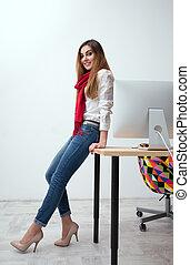 mulher bonita, inclinar-se, tabela, retrato, sorrindo