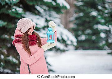 mulher bonita, inverno, luz vela, neve, natal, segurando, ao ar livre, dia