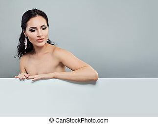 mulher bonita, jóia, sentando, fundo, brincos, branca, cartão