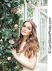 mulher bonita, jardim, flor, jovem, ao ar livre