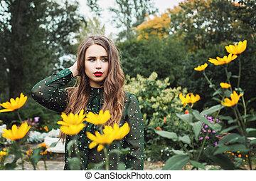 mulher bonita, jardim, jovem, ao ar livre, flores